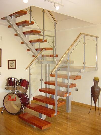 esc with escaleras de madera interiores